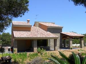 fachada de piedra y la cubierta inclinada con tejas cerámicas Celler® 50×21 en acabado Centenaria® Tierra