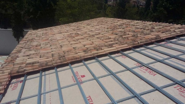 Dry installation of clay roof tiles